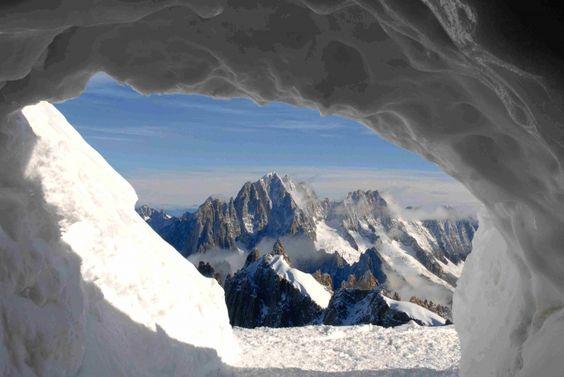 Sommets enneigés, sapins givrés, chemins immaculés... la neige dévoile une montagne éblouissante.  les alpes