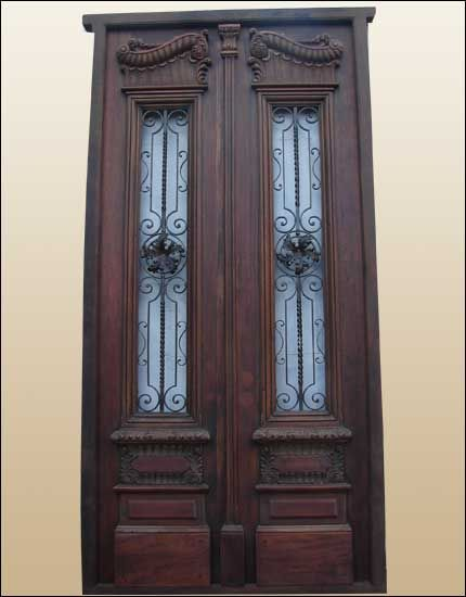 Gorgeous double door fully restored made in solid Mahogany Wood. This door has been fully restored by our in-house professionals and the condition after a hard job is amazing.