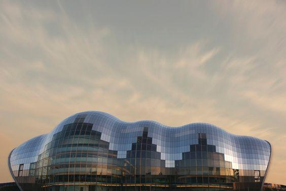 The Sage Gateshead - Gateshead, England The Sage Gateshead beherbergt unter seiner geschwungenen gläsernen Hülle drei unterschiedlich große Konzerthallen, die über eine High-End-Technikausstattung verfügen. Seit seiner Fertigstellung im Jahr 2004 ist der organisch geformte Veranstaltungskomplex eine Sehenswürdigkeit unweit der englischen Stadt Newcastle.