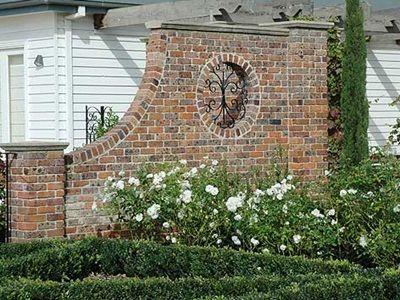 Brick garden wall brick garden wall http www for Jardines pequenos con ladrillos