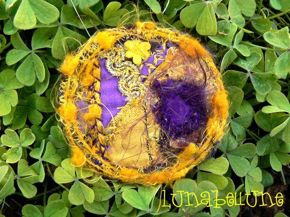 Broche, bijou textile, ronde en tissu violet et jaune, galons et fils colorés