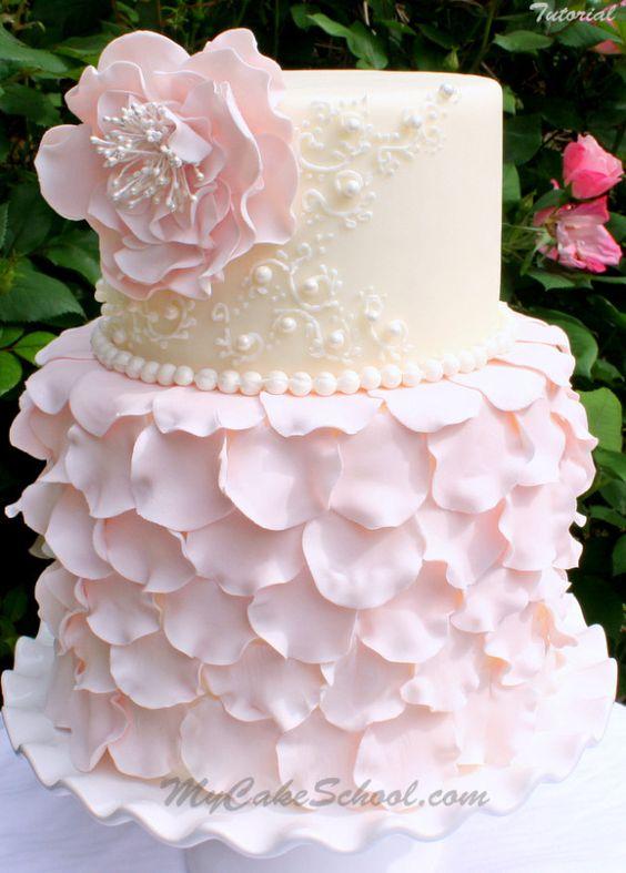 Elegante tarta nupcial decorada con pétalos de rosa ¿te gusta?