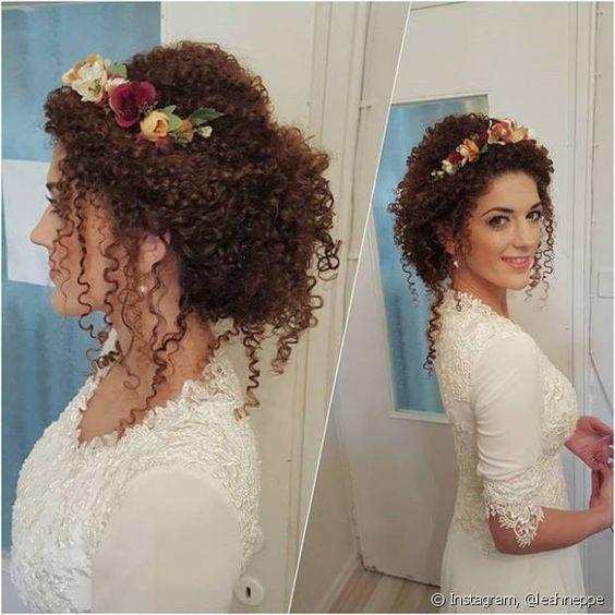 O look perfeito para as noivas moderninhas é o coque com mechas soltinhas, no…