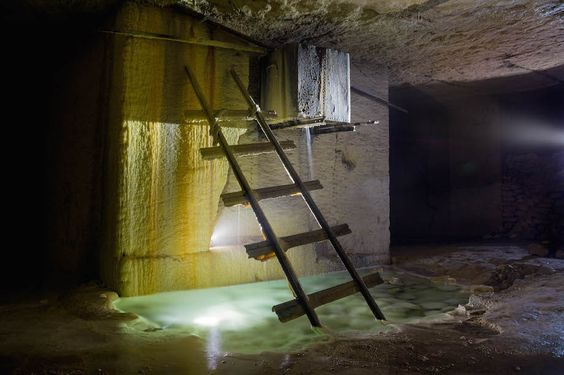 Dieser Fotograf erforscht die verbotenen Pools in den Katakomben von Paris | Motherboard