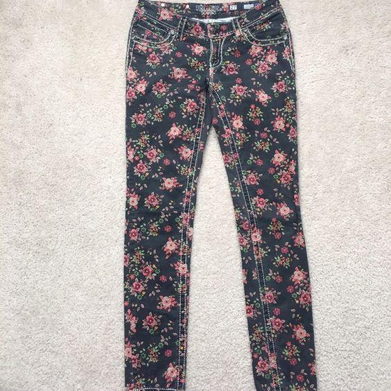 NWOT Miss Me Size 27 Black Floral Ankle Skinny NWOT Adorable!!! Miss Me Black Floral Ankle Skinny!! Size 27 Miss Me Pants Ankle & Cropped