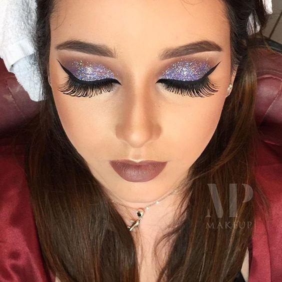 Que make babado  Estou passada até agora com esse brilho da @maccosmetics o 3D lavender comprei na @makeumuarama e foi amor à primeira vista ✨✨✨✨ Que tudoooo  ____ What a stunning make up  I'm crazy until now about this @maccosmetics' sparkles (3D Lavender) I bought it at @makeumuarama and it was love by the first sign ✨✨✨✨ That's amazing