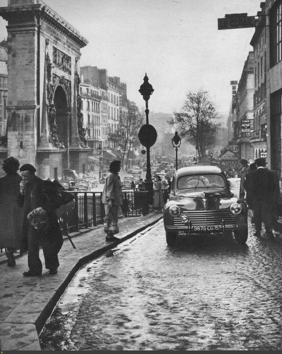 La rue de la Lune au départ du boulevard de Bonne-Nouvelle et la porte Saint-Denis, vers 1955. Un endroit privilégié par les photographes de toutes les époques, ici Janine Nièpce.
