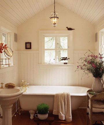 A perfect spot for a hot soak on a cold winter's day. The light hanging over the tub adds charm and warmth to the room. I like the all cream color scheme with some little touches of character. It's a friendly bathroom, for sure.