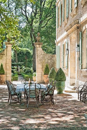 A French chateau you can rent! Haven in Paris : Provence Luxury Vacation Villa & Holiday Rental: Chateau Mireille, St-Remy-de-Provence Apartment Rental. #frenchchateau #frenchfarmhouse #frenchcourtyard