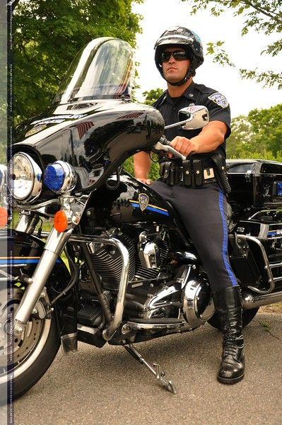 バイクにまたがる警察官