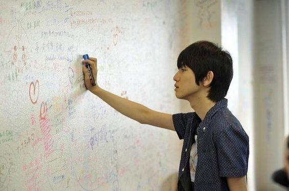 壁に文字を書く本郷奏多