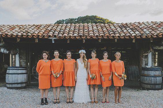 Damas de honor en color naranja y vestidos cóctel de diferentes modelos {Foto, Pedro Bellido} #bridesmaids #damasdehonor #tendenciasdebodas