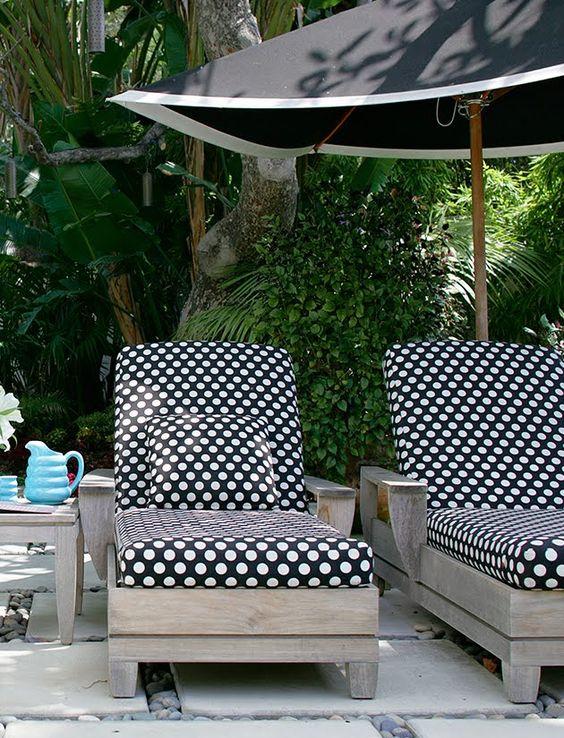 roze behang zwart en wit stippen stippen lounges zwart ligstoel ...