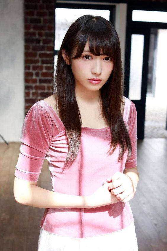 ピンクの服を着た渡辺梨加
