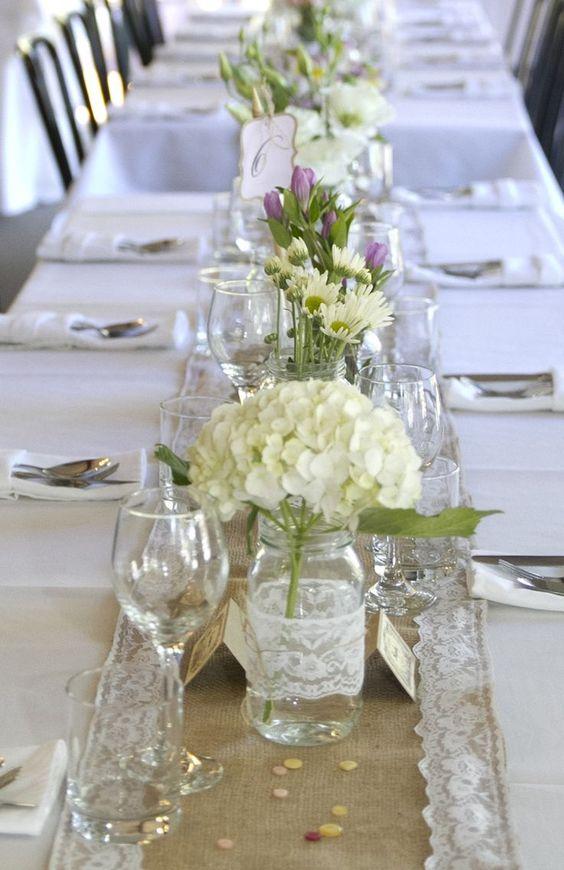 Vintage Shabby Chic Wedding Hessian Lace Table Runner Mixed Flowers In Glass Hochzeit Deko Tisch Gabentisch Hochzeit Tischdekoration Hochzeit Blumen