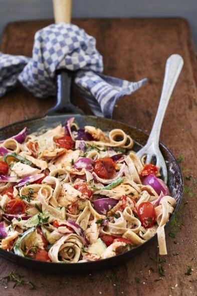 Deze lekkere pasta van spelt met zalm geeft een extra energieboost na een intensieve dag.