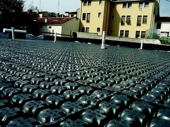 NROOFsu izolasyonunu termal ve mekanik etmenlerden koruyor. Yeşil alan için gerekli olan su tutuluyor, suyun fazlası yüksek drenaj debisi ile tahliye ediliyor. Oluşturulan yeşil çatı binanın görünümünü iyileştiriyor, kent ısı adası etkisini azaltarak yapının değerini arttırıyor. Yeşil çatılar gürültüyü azaltıyor, havadaki tozları filtreliyor.