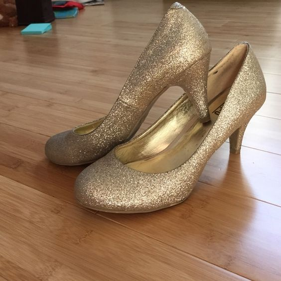 Gold heels Gold heels, a few scratches at the bottom but other then that in good condition Shoes Heels