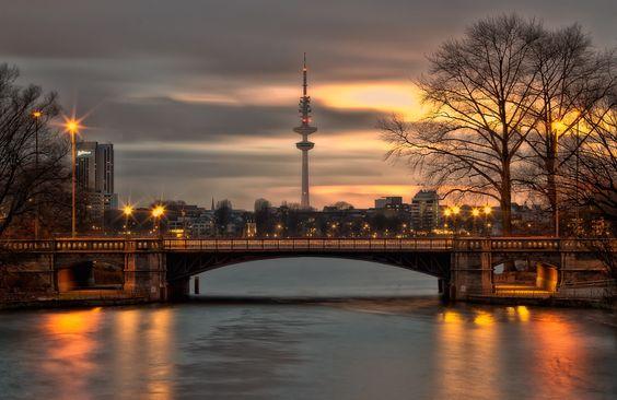 Hamburg - Mundsburgbrücke/Fernsehturm am Abend || Hamburg - The 'Mundsburgbrücke' and television tower at early evening