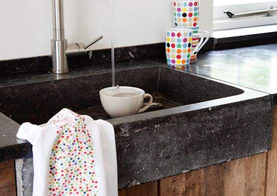Spoelbak van oude arduin steen in een keuken, gemaakt van oud ...
