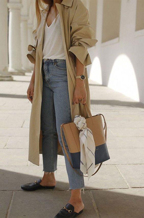 O modelo mule do sapato completa o visual ao lado do trench coat. E por baixo, nem precisa inventar muito: uma camiseta branca e calça jeans já bastam para criar um look chic. it-girl - blusa-branca-calça-jeans-trench-coat-mule - mule - inverno - street style