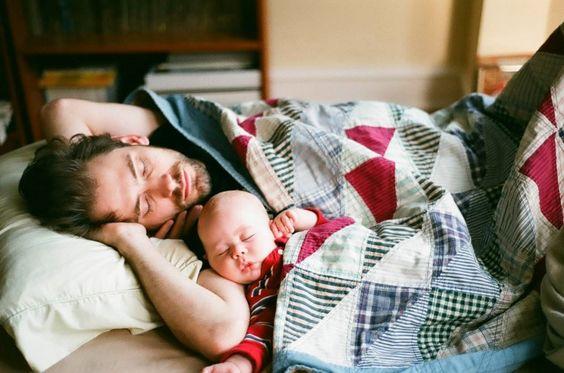 padre e hijo dormidos en un sofá