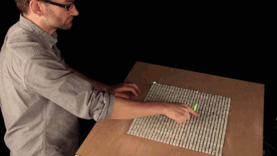 Tocando el futuro   Blog Écran #LGMnews →http://ow.ly/r2tR2  El Instituto Tecnológico de Massachussets (MIT) es posiblemente una de las instituciones más famosas dentro del sector tecnológico. Es fácil entender por qué cuando vemos de lo que son capaces sus investigadores. Una de sus últimas creaciones se llama inFORM y es un dispositivo que permite capturar formas y movimientos y reproducirlos a distancia gracias a Kinect.