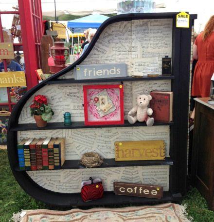 ... und noch ein Bücherregal, aufgepeppt mit Notenblättern <3