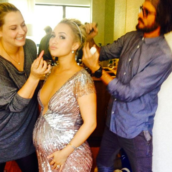 Hayden Panettiere preps for the 2014 #Emmys w/ help from makeup artist Amy Oresman(far left). via E Online