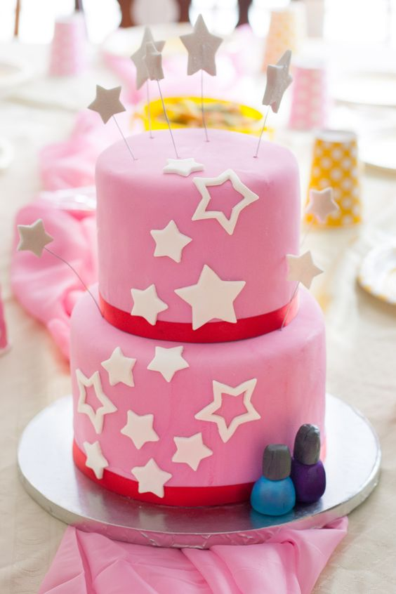 Learn how to decorate an American Girl cake with this easy fondant tutorial that walks you through each step. Simple enough even for a beginner to make!