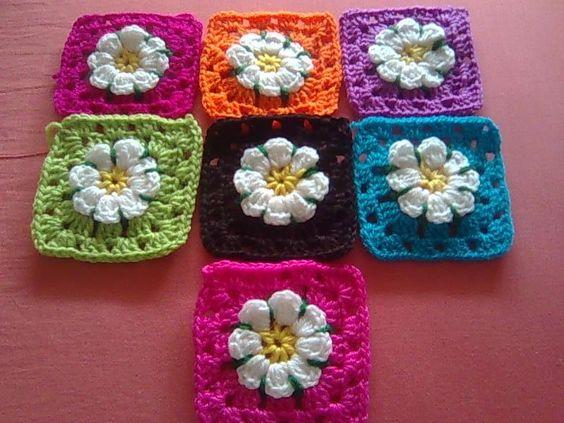 Motivo cuadrado a crochet con flor de relieve