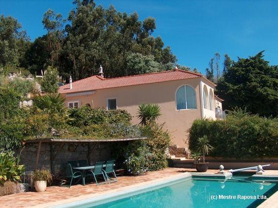 Uma casa de sonho na montanha. #janelaseportas #portasdefole #portadasdemadeira #portadeentrada são todos produtos da #mestreraposa. www.mestreraposa.com
