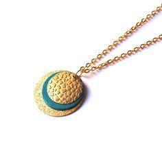 Collier court cuir et chaîne dorée, pendentif rond de cuir turquoise, et larges…