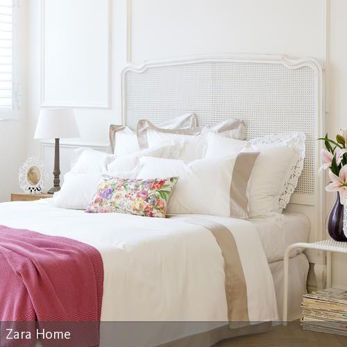 In diesem Schlafzimmer sind sowohl Wand, Nachttischlampe als auch Bettgestell und -bezug in Weiß gehalten. Dies ermöglicht es, mithilfe weniger farbenfroher…