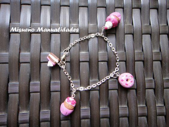 Pulsera infantil de cadena plateada con 4 colgantes de pastelería en color rosa. www.misuenyo.es / www.misuenyo.com