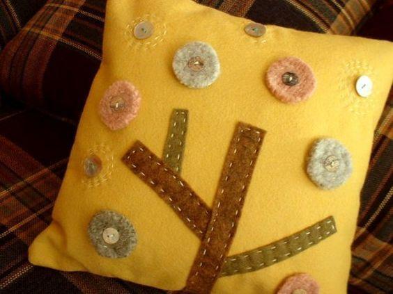felt tree pillow (emi shimosato @ etsy)
