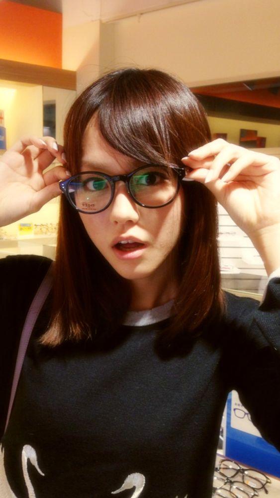黒渕眼鏡をかけた桐谷美玲