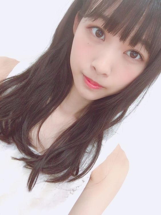 白いスリーブを着た黒髪ロングヘアの原田葵の画像