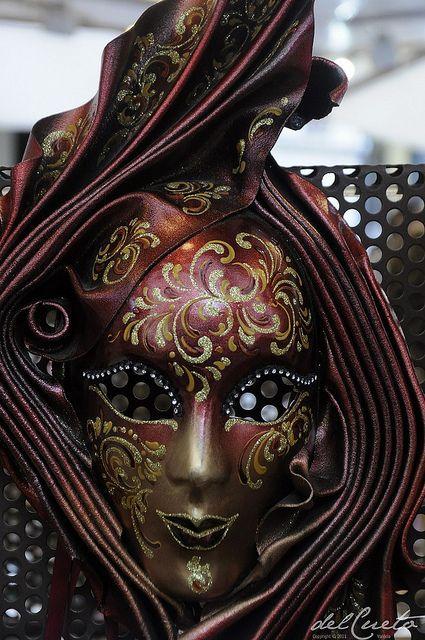 Verona 1301025 031 mascaras de Veneza grená drapeada by Valéria del Cueto, via Flickr