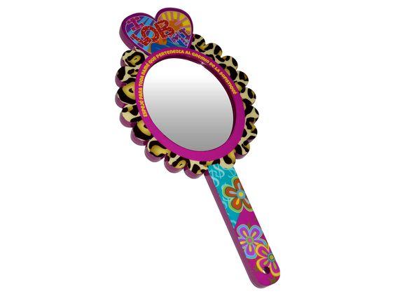 Espejo de Mano Berinaiz Medidas: Alto 29 cm Ancho 1.5 cm Largo 14 cm Peso: 244 gr Material: Estructura de Madera MDF, Espejo y Terminado en Poliester Acceso...