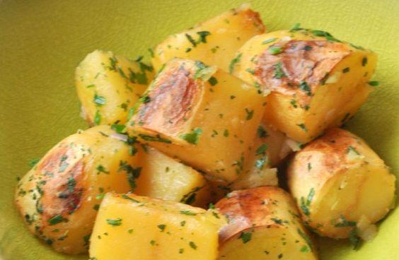 Pommes de terre rôties sans matières grasses Pommes de terre rôties, sans matière grasse  Ingrédients pour 6 personnes      1 kg de pommes de terre à chair ferme (charlotte par exemple)     60 cl de bouillon (volaille ou légumes)     Fleur de sel     5 cuil. à soupe de persil plat ciselé Enfourner dans un plat à gratin en une seule couche, four à 200° pendant 50 mn. Après 30mn, arroser les pommes de terre du reste de bouillon.