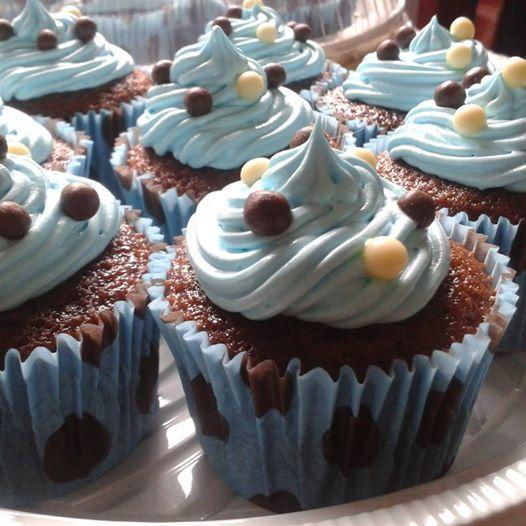 Cupcake de chocolate com recheio de doce de leite e cobertura de marshmallow
