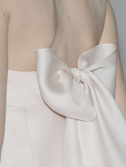 Dress with bow back detail - chic simplicity; fashion details // Valentino Haute Couture
