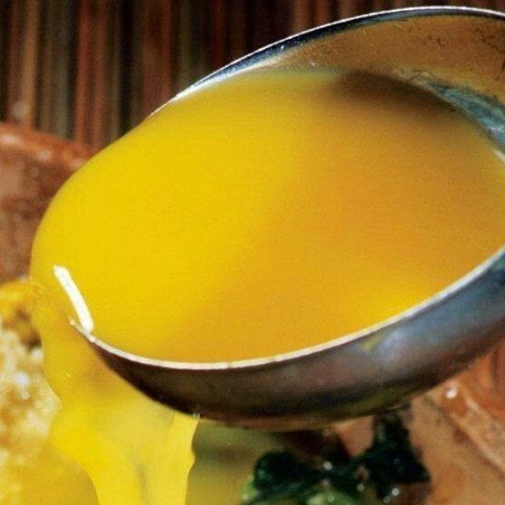 """@brasil_a_gosto   O Tucupi é o sumo amarelo extraído da raiz da mandioca brava quando descascada, ralada e espremida. Depois de extraído, o caldo """"descansa"""" para que o amido (goma) se separe do líquido (tucupi). A partir de então esse líquido é cozido e fermentado de 3 a 5 dias para, então, ser usado como base da culinária do Norte, que encanta a todos que provam. #tucupi #para #brasil"""
