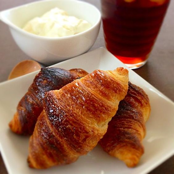 本日仕事が休みにつき、朝からクロワッサンを焼いて、のんびり朝ごはん。とはいっても、冷凍パン生地を焼いただけですが^^;、サクフワで美味しい〜(✩•⌔•✩) ̷.∗̥⁺˚♪  あとはアイスコーヒーとバナナヨーグルト - 72件のもぐもぐ - 焼きたてクロワッサンで朝ごはん(´,,•з•,,`) by sakuramochi14