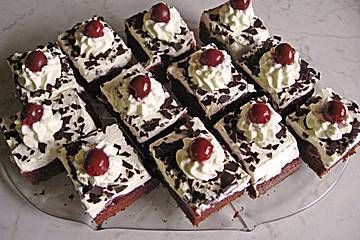 Schwarzwälder auf dem Blech  Zutaten   1 TasseÖl 1 TasseZucker 5Ei(er) 3 Pck.Puddingpulver (Schokolade) 3 Pck.Puddingpulver (Vanille), glutenfreies 1 Pck.Backpulver 2 GläserSauerkirschen, entsteinte 3 BecherSchlagsahne 50 gSchokoladenraspel