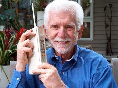 Exatamente há 40 anos a primeira ligação por celular era feita pelo seu inventor Marty Cooper(empregado da Motorola) e hoje com 84 anos. Nossa homenagem a quem fez o aparelho que hoje é inseparável de qualquer pessoa!  #Celular #MartyCooper #Motorola