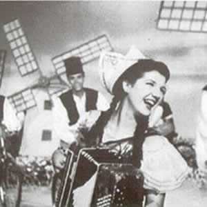 adelaide-1 Adelaide Chiozzo é uma atriz, cantora e acordeonista, nascida em São Paulo no ano de 1931.