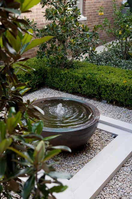 Una fuente de agua ayuda a crear un espacio fresco dentro del jardín, además atraerá a la aves que llegan a darse baños de alas. Fuente: