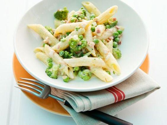 Penne mit Gemüse und Speck-Sahnesauce ist ein Rezept mit frischen Zutaten aus der Kategorie Nudeln. Probieren Sie dieses und weitere Rezepte von EAT SMARTER!